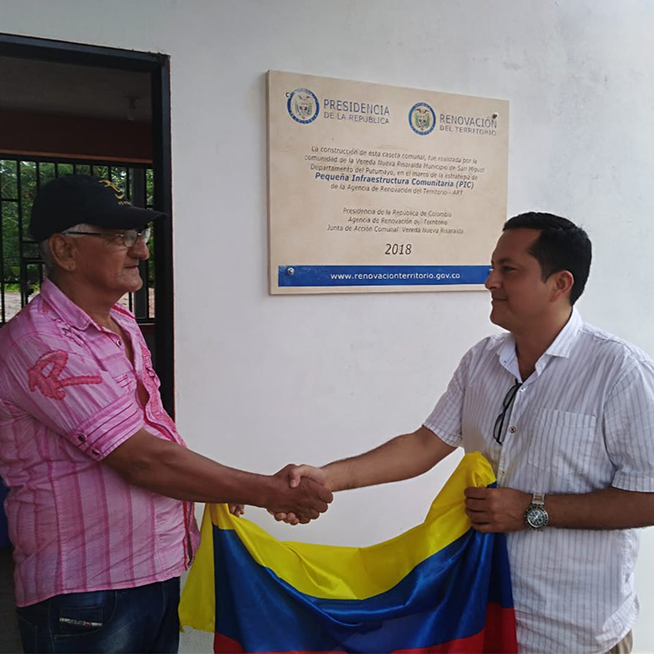 Colombian men shake hands in name of peace