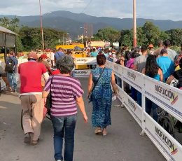 Men and women walking at the Venezuela/Colombia border